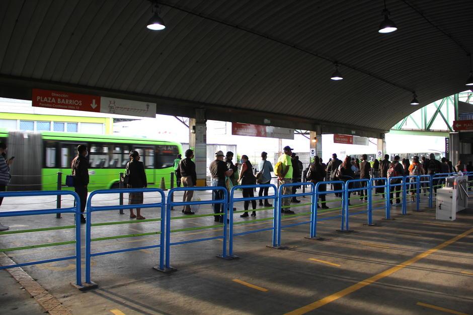 Los usuarios siguieron las indicaciones en la reapertura de la central de transferencia. (Foto: Fredy Hernández/Soy502)