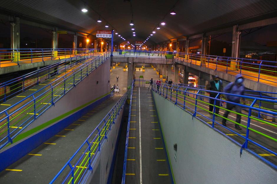 Los pasillos están demarcados para que los pasajeros guarden la distancia. (Foto: Fredy Hernández/Soy502)