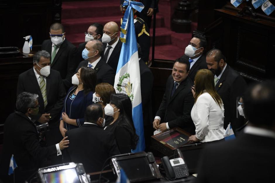Los diputados esperaron a que finalizara la sesión solemne, para tomarse fotografías. (Foto: Wilder López/Soy502)