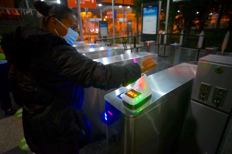 Los termómetros de mano están instalados en todas las estaciones del Transmetro. (Foto: Wilder López/Soy502)