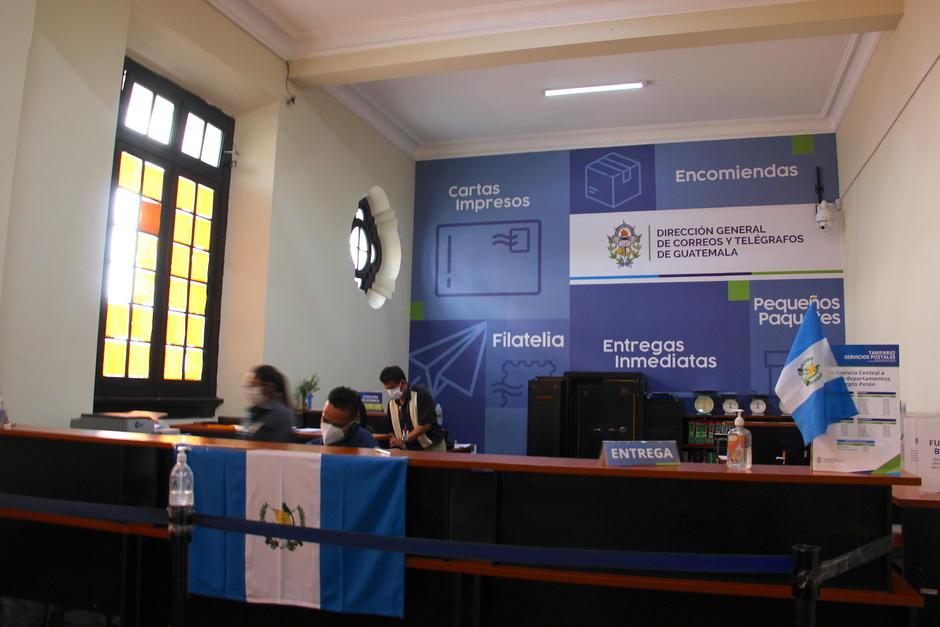 La agencia central en la zona 1 es atendida para la entrega de paquetes internacionales o envío de cartas o encomiendas a nivel nacional. (Foto: Fredy Hernández/Soy502)