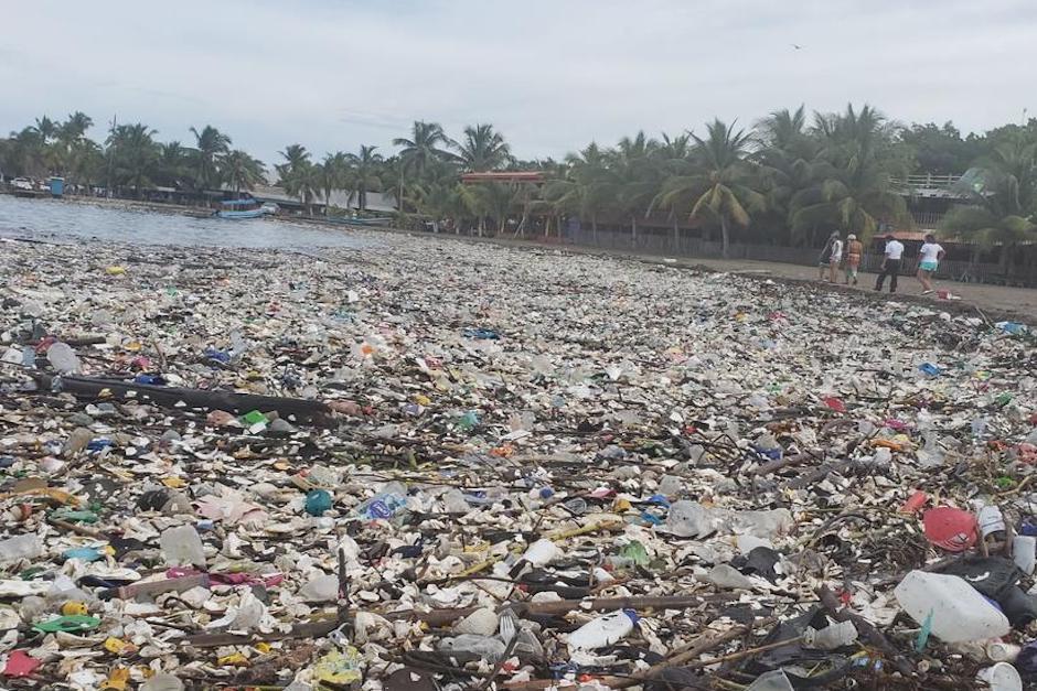 La barda industrial de Q18.9 millones debía retener la basura, pero Honduras reclama que los desechos siguen llegando a sus playas (Foto: La Tribuna)