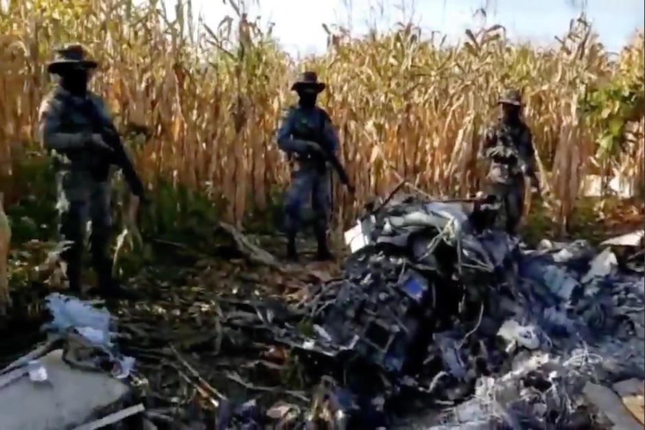 El Ejército de Guatemala localizó un jet estrellado en el que se localizaron dos cadáveres, armas y posibles ilícitos. (Foto: Ejército Guatemala)