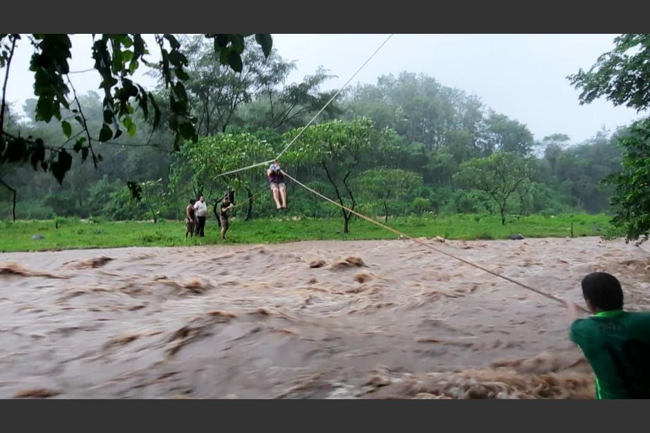 Una mujer sube a un arnés para ser rescatada en el río Panan, en Suchitepéquez. (Foto: Bomberos Departamentales)