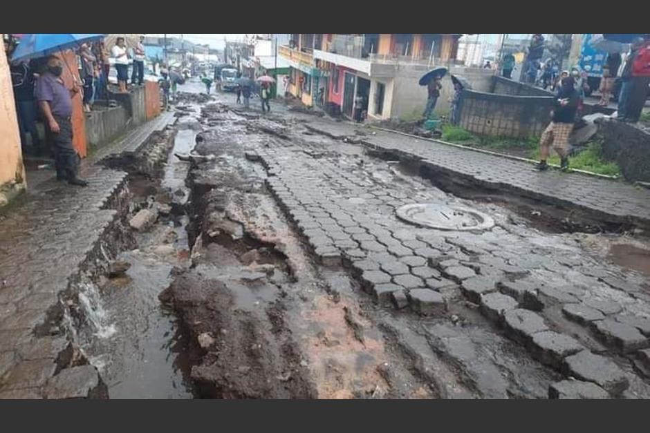 Las fuertes lluvias provocaron el colapso de los drenajes en San Pedro Yepocapa, Chimaltenango. (Foto: Conred)
