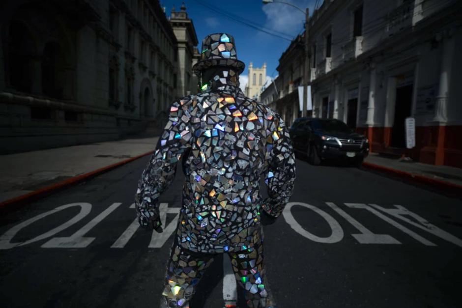 Su traje es el mayor atractivo para hacer su presentación urbana. (Foto: Wilder López/Soy502)