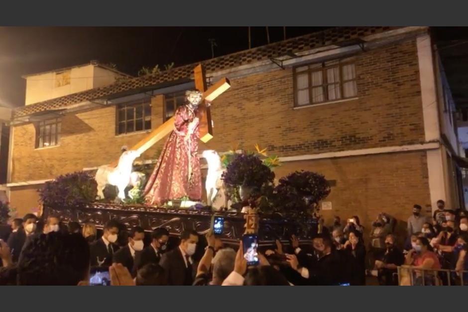 Pese a la prohibición del Arzobispado, en el Barrio San Antonio se llevó a cabo una procesión. (Foto: captura video)