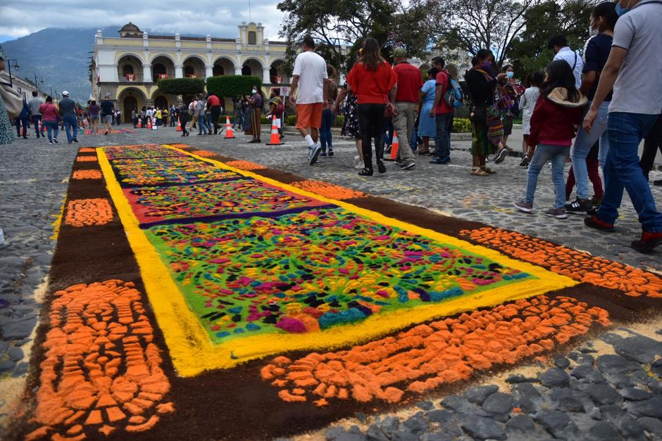 Devotos realizaron alfombras en la Antigua Guatemala para conmemorar la Semana Santa. (Foto: Fredy Hernández/Soy502)