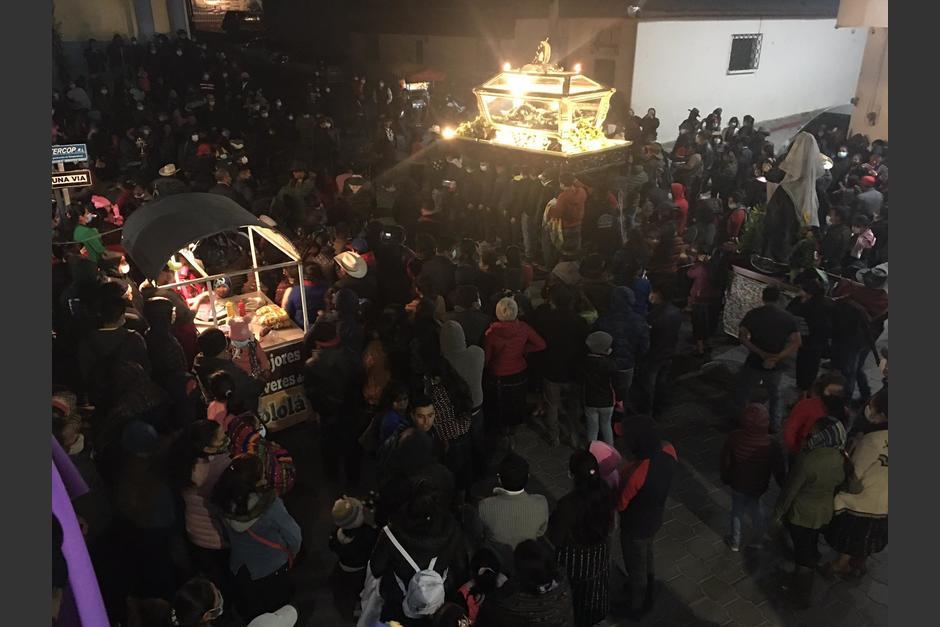 Cientos de personas acudieron a la procesión en las calles de Sololá. (Foto: Semana Santa en Línea)