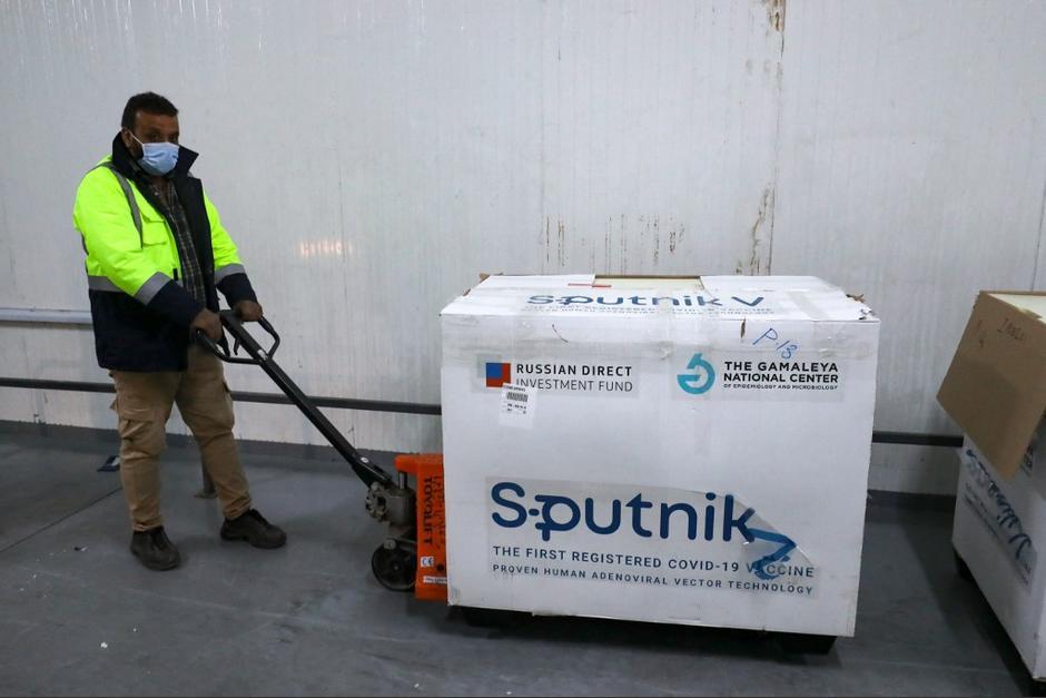 El Gobierno compró 8 millones de vacunas de la marca Sputnik, que se prevén ingresen en 15 días. (Foto: AFP)