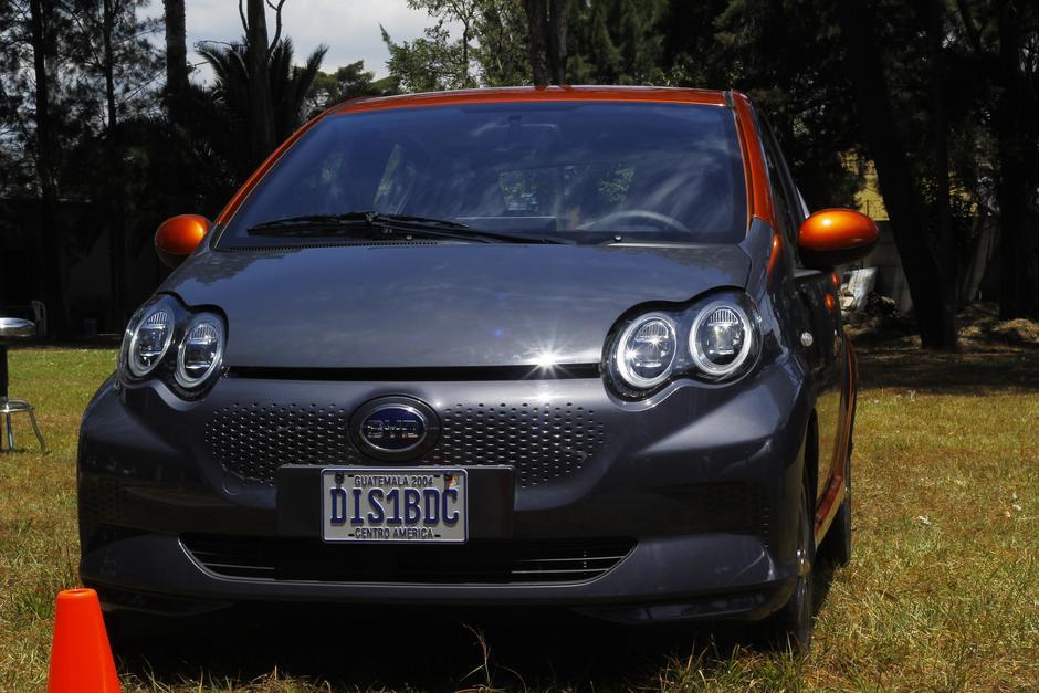 Este automóvil tiene un costo de más de Q197 mil. Entre los beneficios se encuentra que no requiere mantenimiento. (Foto: Alexis Batres/Soy502)