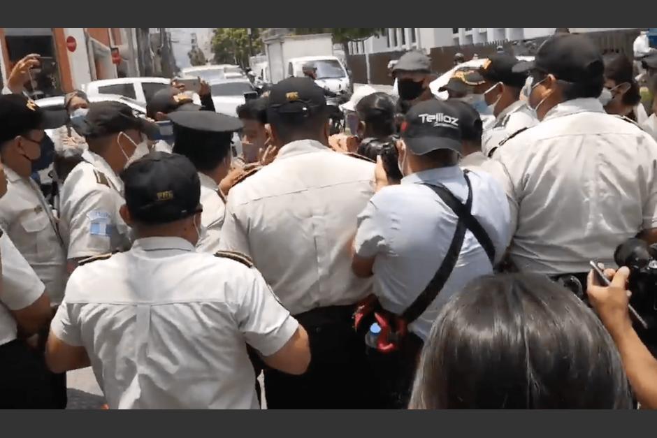 Los agentes de PNC mantienen un cerco en las calles aledañas al Congreso. (Foto: José Miguel Castañeda/Soy502)
