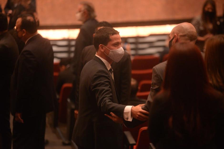 Miguel Martínez, como invitado de la CC, saluda a funcionarios en el Centro Cultural Miguel Ángel Asturias. (Foto: Wilder López/Soy502)