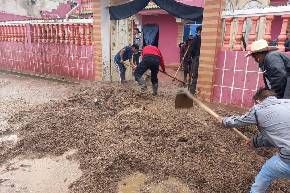 Una fuerte granizada cayó en la aldea Pxixil, en Totonicapán, y provocó una inundación que afectó a varias viviendas y dejó una persona fallecida. (Foto: Conred)