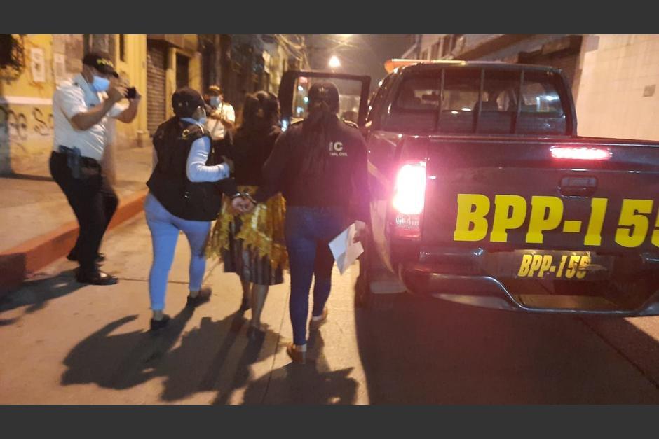 Mamá de uno de los atacantes contra Aldo Dávila fue detenida cuando llevó a visitar a su hijo al hospital. (Foto: PNC)