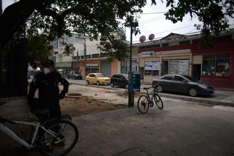 Vista de la esquina donde ocurrió el incidente en contra del diputado Aldo Dávila. En el lugar la Municipalidad de Guatemala realiza el remozamiento de una banqueta. (Foto: Wilder López/Soy502)