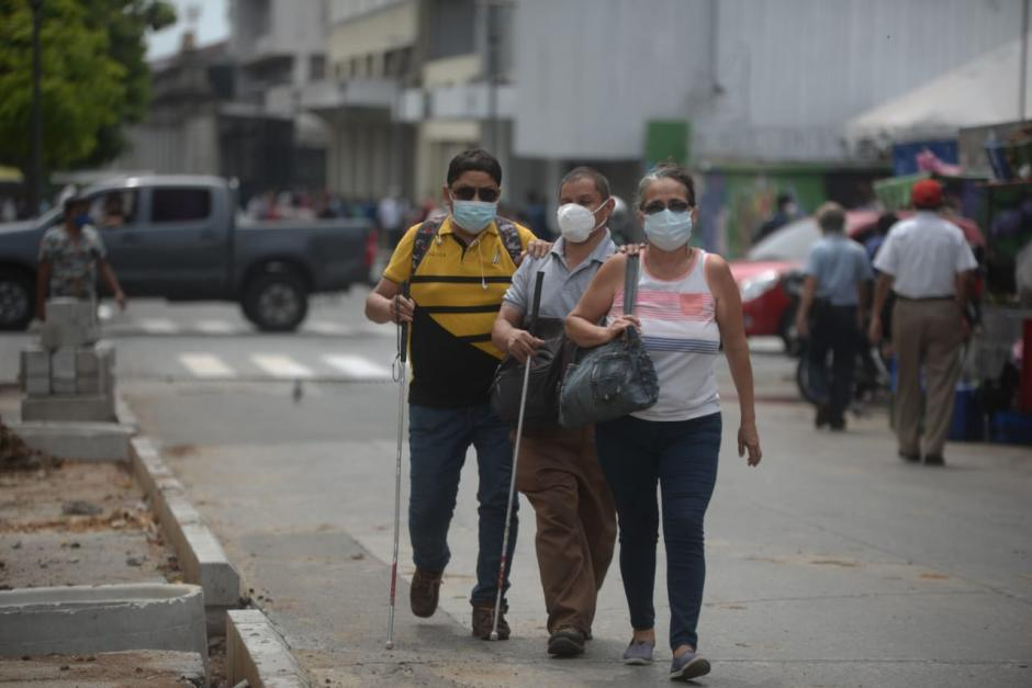Para los peatones es difícil el paso en el área donde la Municipalidad de Guatemala realiza los trabajos de remozamiento de una banqueta a un costado de la Biblioteca Nacional. (Foto: Wilder López/Soy502)