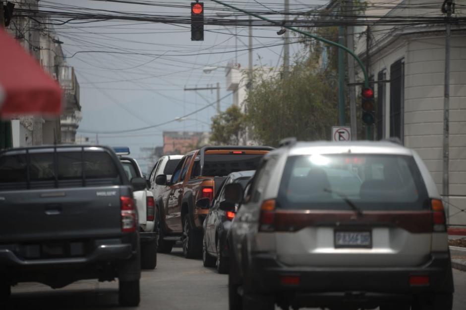 El semáforo de la 8a calle y 4a avenida de la zona 1, tarda un minuto y tres segundos en hacer el cambio. Ese tiempo es aprovechado por los ladrones. (Foto: Wilder López/Soy502)