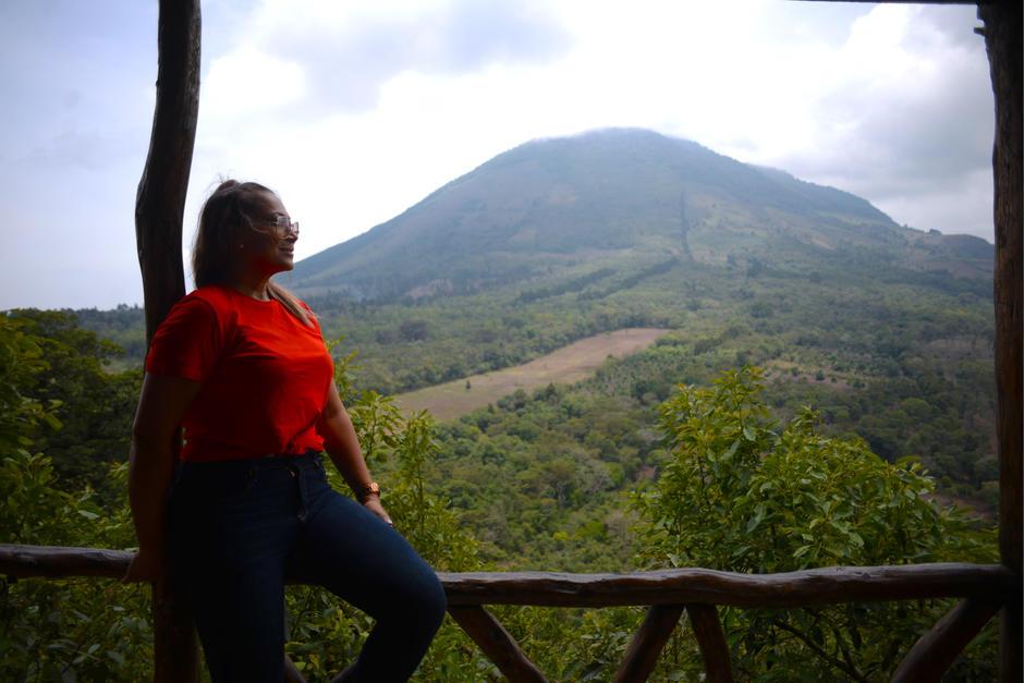 El primer mirador es de madera y tiene una vista hacia el Cerro San Juan.  (Foto: Wilder López/Soy502)