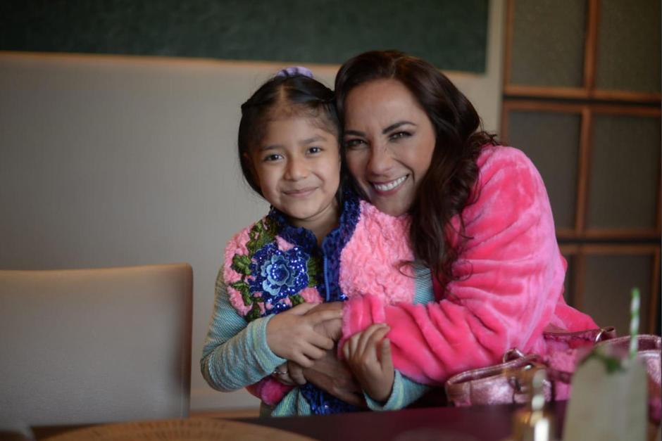 La pequeña conoció a la actriz mexicana Consuelo Duval en persona. (Foto: Wilder López/Soy502)
