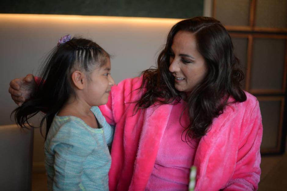 Consuelo Duval hizo feliz a Carolina, su fanática de Guatemala. (Foto: Wilder López/Soy502)