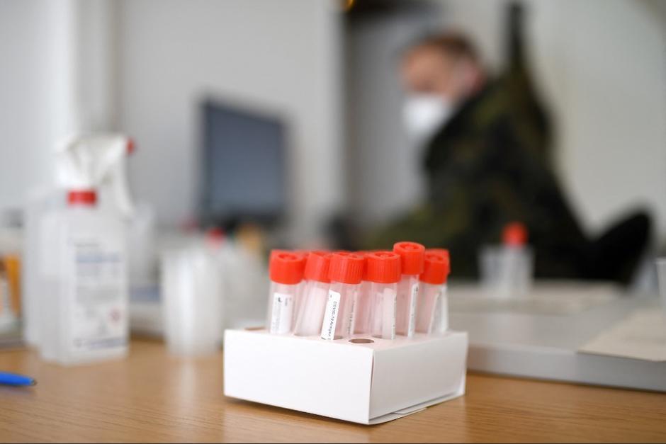 """El Laboratorio Nacional de Salud suspendió la compra de test de Covid-19 a la empresa que vendió las """"pruebas falsas"""". (Foto: AFP)"""