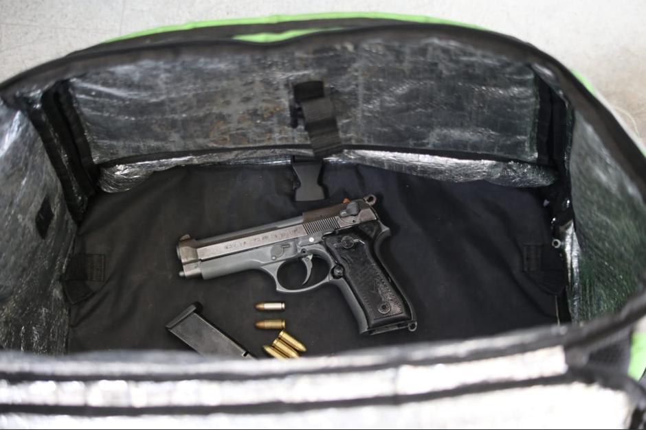 El arma era transportada en la mochila de reparto. (Foto: PNC)Violencia, capturados, uber eats