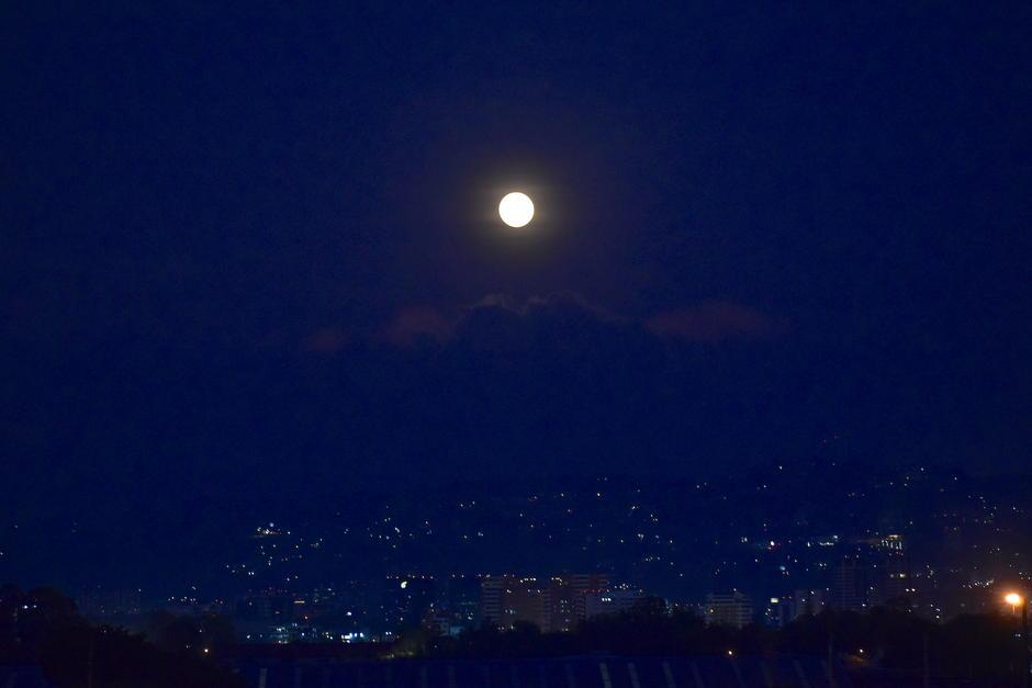 La Luna llena apareció al oriente de la ciudad de Guatemala. (Foto: Fredy Hernández/Soy502)