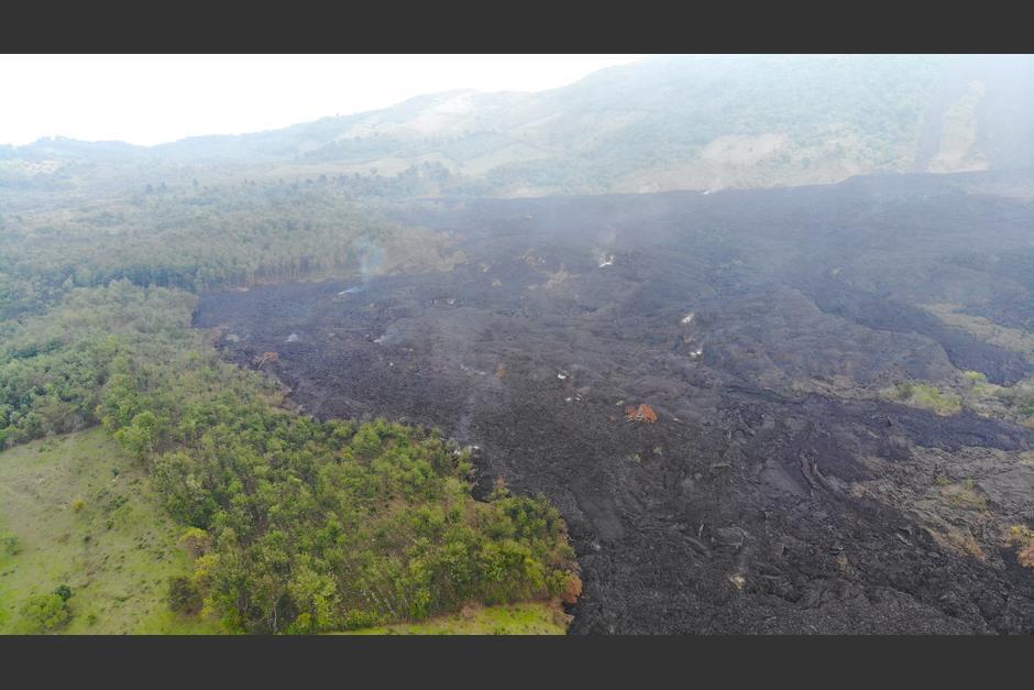 Los flujos de lava ya se han petrificado, pero aún quedan algunos lugares incandescentes. (Dron: Wilder López/Soy502)