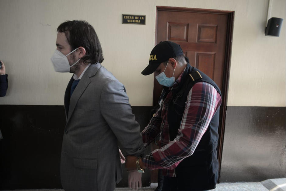 El profesional del derecho Dennis Billy Herrera Arita fue arrestado y espera audiencia con la jueza de Mayor Riesgo D, Erika Aifán. (Foto: Wilder López/Soy502)