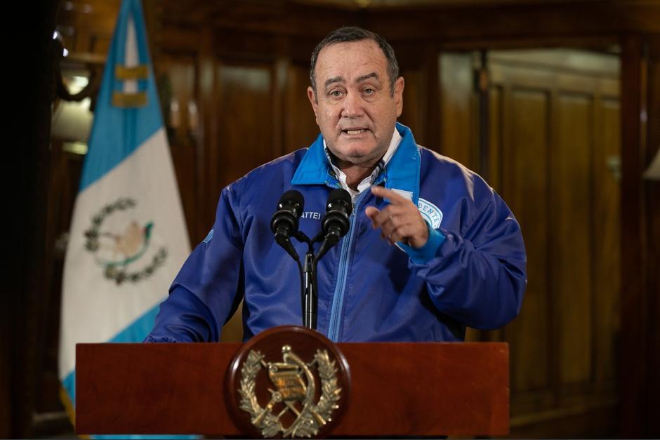 El mandatario dijo que el descanso es para que los empleados públicos ayuden a sus familiares a registrarse para la vacuna contra el Covid-19. (Foto: Gobierno de Guatemala)