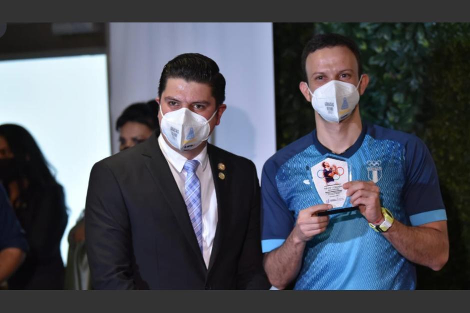 El viceministro del deporte fue el encargado de entregar el reconocimiento a Kevin Cordón. (Foto: Wilder López/Soy502)