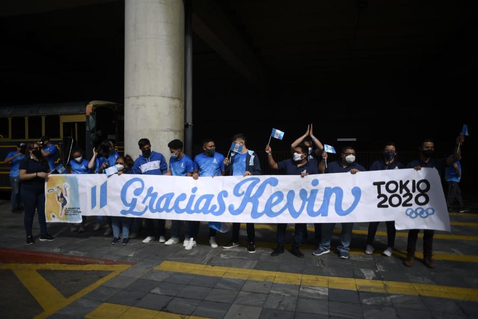 Decenas de guatemaltecos esperan el regreso de Kevin Cordón. (Foto: Wilder López/Soy502)