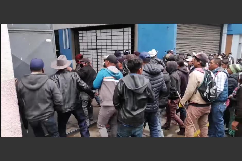Decenas de manifestantes causaron destrozos en la Gobernación Departamental de San Marcos para pedir la renuncia del presidente Alejandro Giammattei. (Foto: Captura de Video)