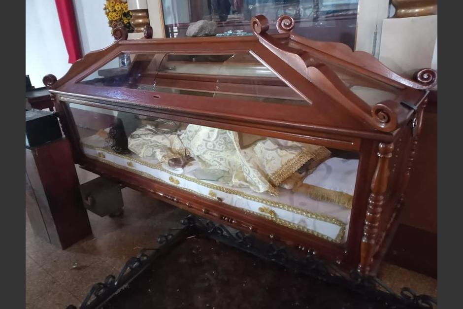 Roban las ofrendas y quiebran vidrio de una urna en iglesia católica de San Cristóbal Verapaz. (Foto: Facebook/Carlos Cal)
