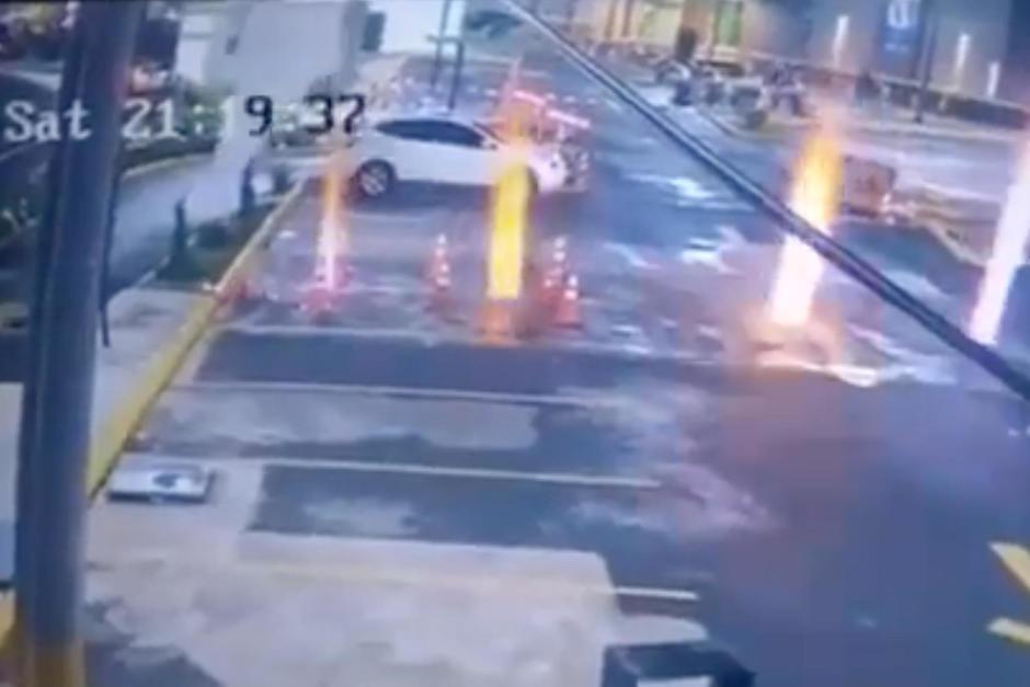 Durante la noche de este sábado 7 de agosto ocurrió una explosión en el interior de un parqueo de un centro comercial de Chimaltenango. (Foto: Captura de video)