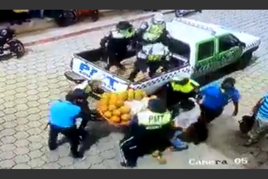 Policías le quitan sus productos a un comerciante de frutas que se encontraba vendiendo en una calle. (Foto: Captura de video)