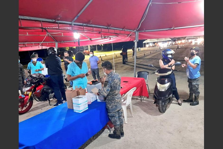 Los centros de vacunación que atendían hasta la medianoche ahora cerrarán a las 20:00 horas. (Foto: Ejército de Guatemala)