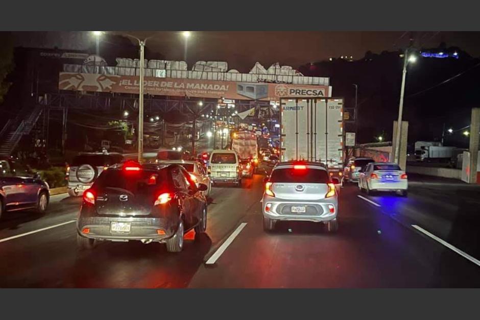 Tal y como ocurrió en 2020 con el primer toque de queda, varios guatemaltecos quedaron en el tráfico al momento de la restricción. (Foto: TCV)