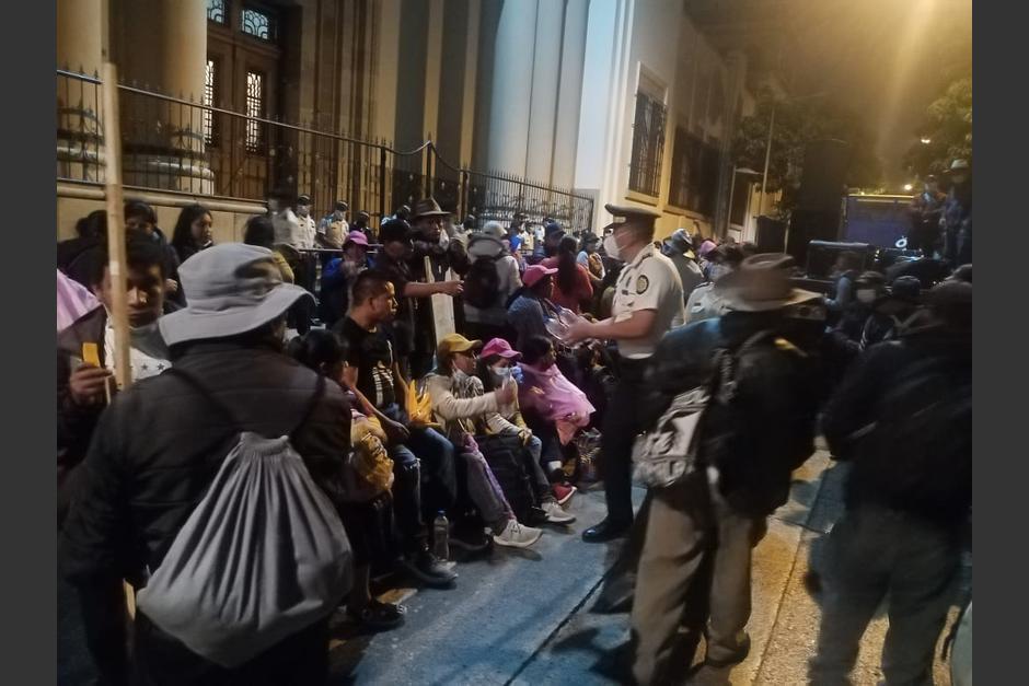 Un grupo de manifestantes se quedó hasta horas de la noche aguardando que el presidente Alejandro Giammattei los atendiera. (Foto: PNC)