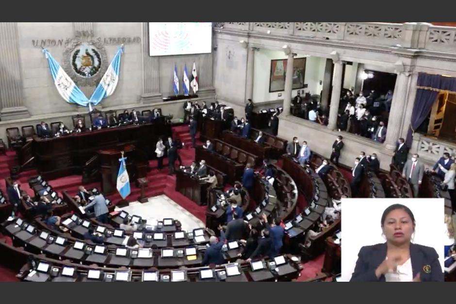 Diputados se pelean porque no les dan la palabra durante primera lectura del Estado de Calamidad. (Foto: Captura de video)