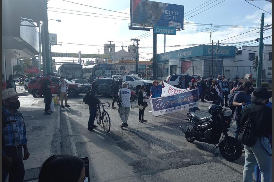 Manifestantes bloquean el paso en un sector de la Calle Martí, zona 6 de la ciudad de Guatemala. (Foto: Prensa Comunitaria)
