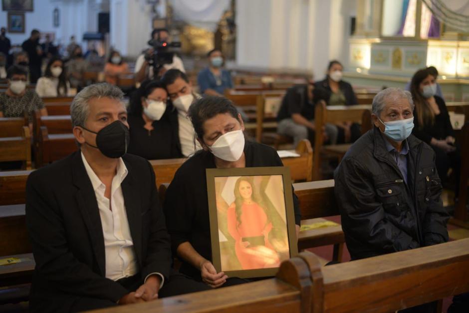 La familia de Vivian Vásquez agradece la solidaridad y el cariño tras la pérdida de la comunicadora. (Foto: Wilder López/Soy502)