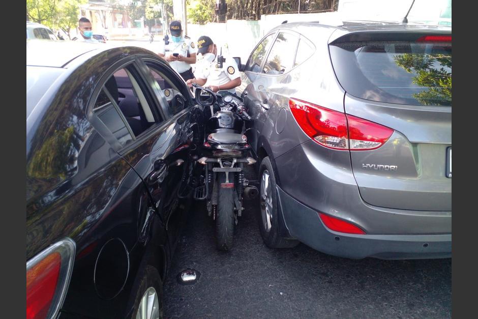 Un automovilista prensó a un motociclista en la zona 13 después de que este intentara asaltarlo. (Foto: Amílcar Montejo)
