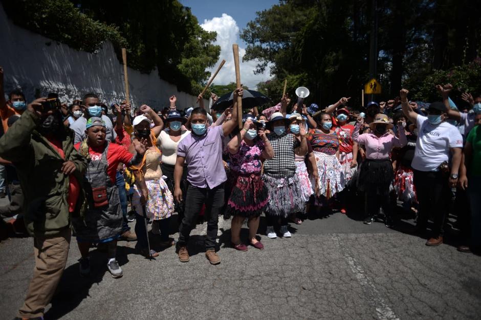 Representantes del Mercado La Terminal llegaron a la Calle Martí para enfrentarse a manifestantes. (Foto: Wilder López/Soy502)