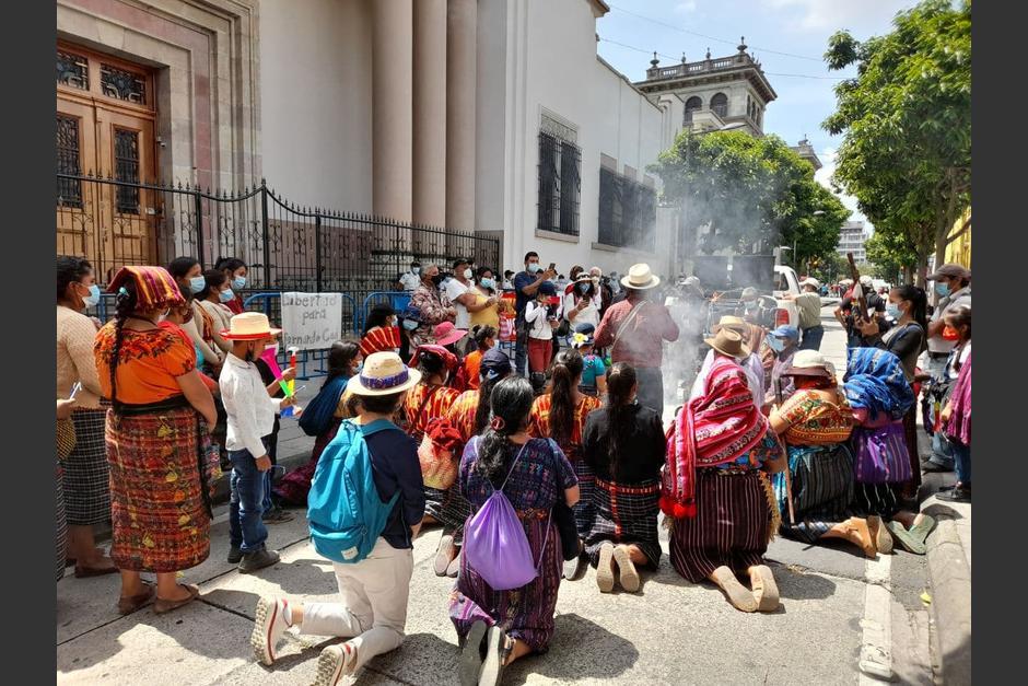 Autoridades Ancestrales realizan una ceremonia maya frente a Casa Presidencial. (Foto: Prensa Comunitaria)