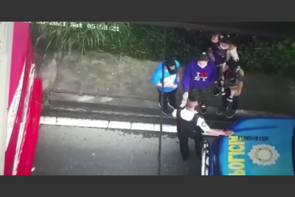 Una cámara de vigilancia municipal grabó el momento en que un agente recibe aparentemente dinero. (Foto: captura video)