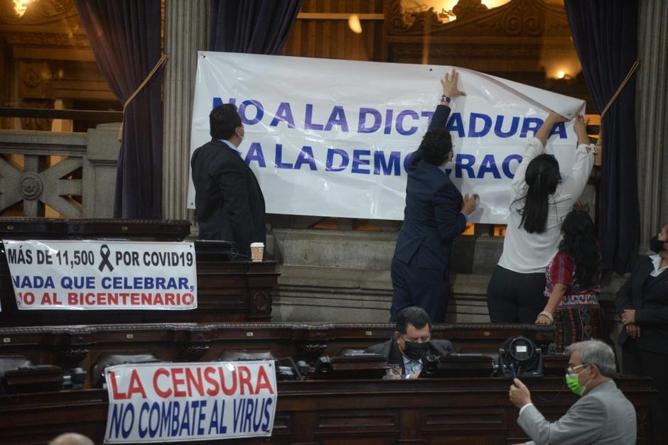 Diputados colocaron mantas dentro del hemiciclo para rechazar la corrupción y la censura. (Foto: Wilder López/Soy502)