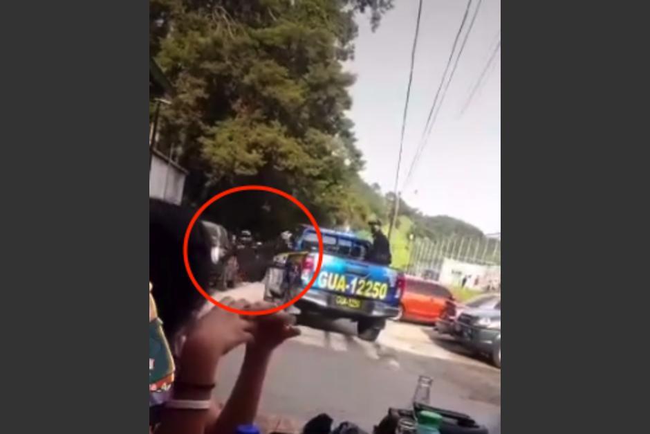 En TikTok se compartió el video de un agente de la PNC que cae de la patrulla. (Foto: captura de video)