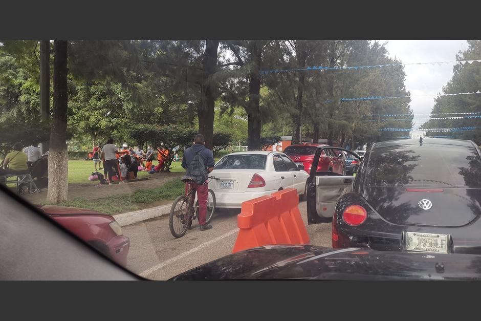 Una persona fue captada en bicicleta en un puesto de vacunación vehicular en el Campo de Marte. (Foto: Facebook/ Pakiito BG)